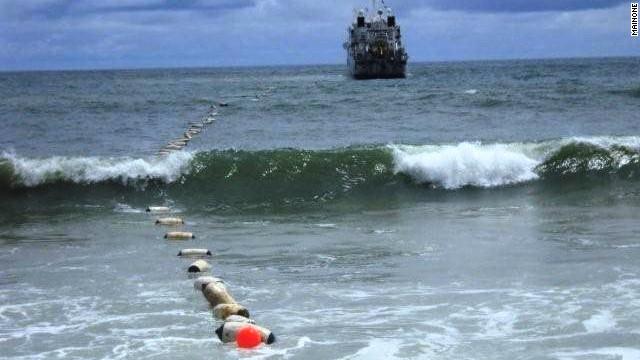 【电缆网讯】在11月5日上午,大面积的电话服务中断侵袭了华盛顿州的圣胡安群岛(San Juan Islands)。每个小岛内的电话服务可以使用,但是岛与岛之间的信号传输以及长距离通信都遭遇中断。在礼拜五港口(Friday Harbor),电话服务的中断甚至影响到911报警服务系统。 礼拜五港口的居民电话信号覆盖及因特网服务全部中断。 引起这次信号中断的原因是连接罗培慈岛和圣胡安群岛的海底电缆受损。目前,服务恢复时间还没法预估。这条海底线路急需专业的技术人员进行抢修。 (本文译自电缆网国际站