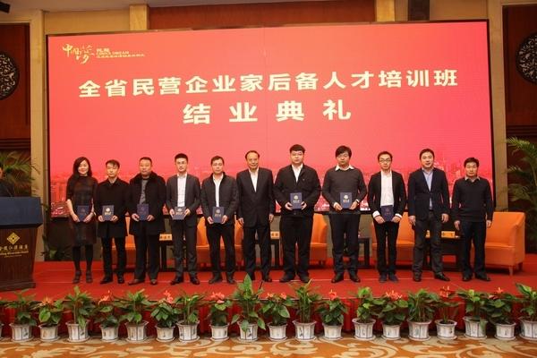 蒋承志(左四)获得结业证书