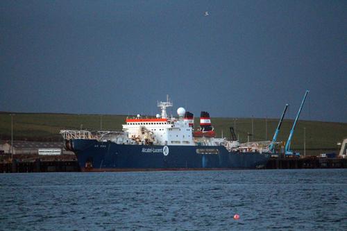 连接法罗群岛,设德兰群岛和奥克尼群岛,最后通过苏格兰陆地网络连接