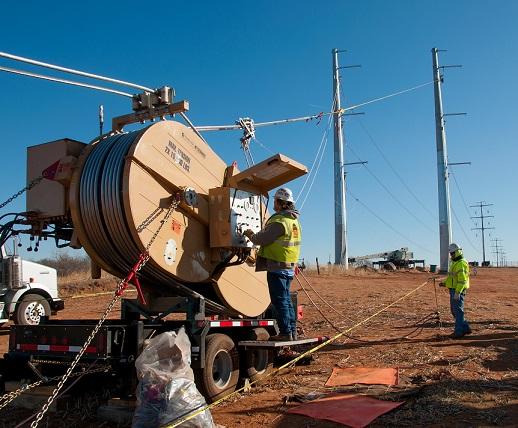 """【电缆网讯】近日,美国莫坦森建设公司被俄克拉何马州天然气及电力公司选中建设伍德瓦德超高压345千伏输电线路项目。项目将从位于俄克拉何马州伍德瓦德南12英里的伍德瓦德超高压变电站出发,延伸至堪萨斯州哈德特纳东南2英里的俄克拉何马州-堪萨斯州边境。 """"这条输电线路为传输俄克拉何马州的风电和改善地区电力系统容量和可靠性起到重要作用。""""公司技术支持副总裁Phil Crissup表示。 目前,项目建设工作全面展开,包括布置混凝土基础、设置输电线路结构、串接并裁剪捆绑的1590个铜芯铝线导体"""