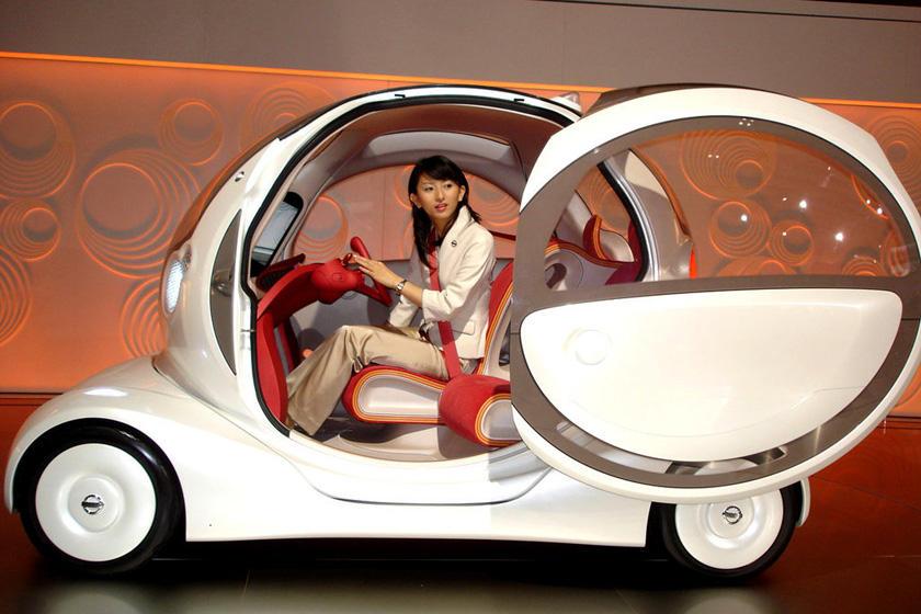 【电缆网讯】新能源汽车行业作为一个新兴产业正在突飞猛进的发展,目前市场上出现的品种包括燃料电池汽车、混合动力汽车、纯电动汽车、氢能源动力汽车和太阳能汽车等。这些新能源汽车将不再使用汽油,柴油等,在响应全球节能减排以及我国绿色生活的号召方面做了积极地回应。然而,新能源汽车能否克服现有的经济,速度,能源补充及技术等方面的困难,取代燃油汽车,也面临着巨大的挑战。  新能源汽车各有各的优势,然而存在的缺陷也有待改善。燃料电池汽车是指以氢气、甲醇等为燃料,通过化学反应产生电流,依靠电机驱动的汽车,其能量转换效率比内