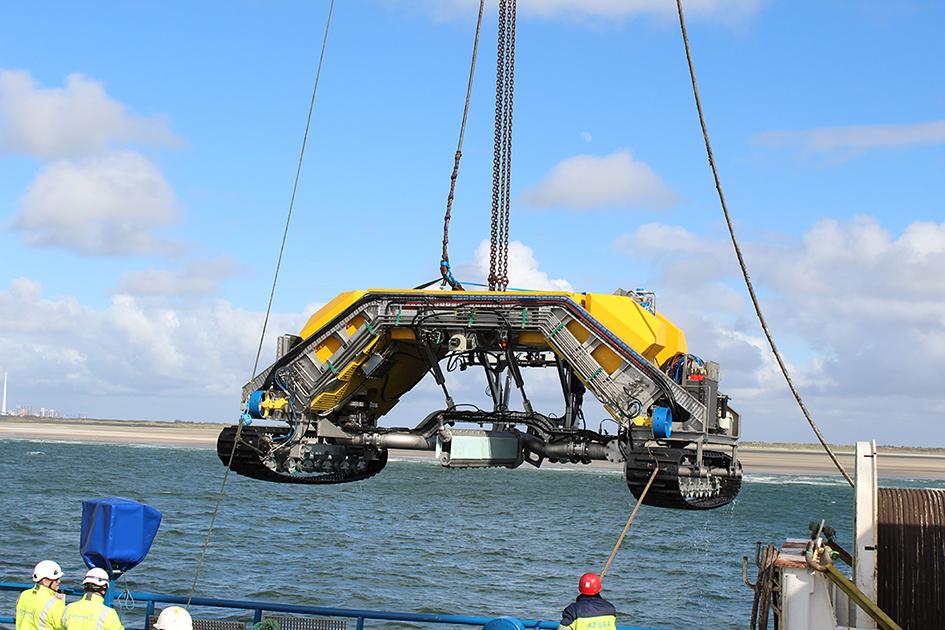 东能源德国海上风电场启动阵列电缆铺设 【电缆网讯】欧洲领先的海事工程公司CT Offshore日前正式启动德国北海地区一海上风电场阵列电缆铺设。 据悉,该海上风电场是由丹麦东能源公司投资建设的Gode Wind海上风电场,总装机容量为582兆瓦。 CT Offshore透露,这次公司采用海缆铺设船SIA和最新的海底挖沟机ROV CTO 107-1100,这是专门用于海底电缆挖沟作业,精确度更高,操作性更强。 预计,该海上风电场将于明年下半年投入使用。 (本文首发电缆网
