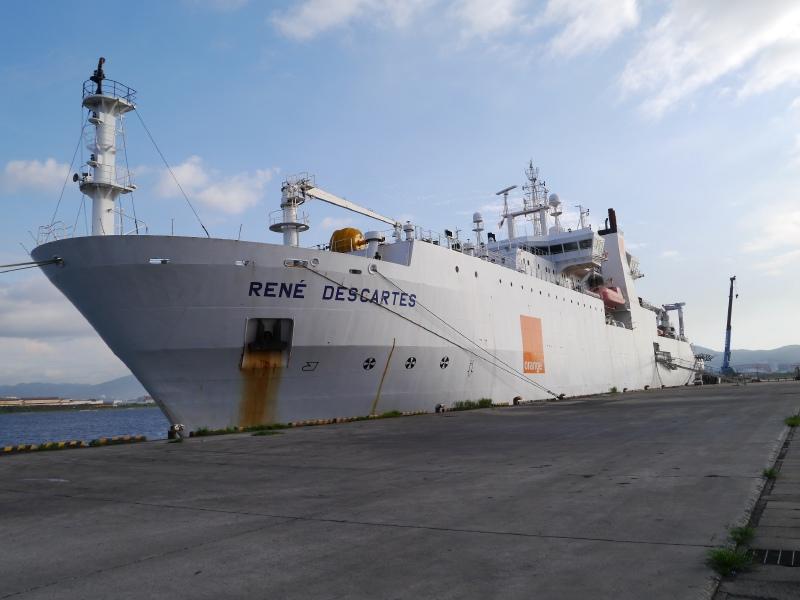 """【电缆网讯】近日,日本NEC公开全球最大规模光纤海底电缆生产基地——OCC海底系统业务所和连接日本和美国的FASTER光纤海底电缆项目的敷设船""""Rene Descartes""""的内部构造。以下电缆网小编带您一睹风采。  OCC海底系统业务所  OCC海底系统业务所海底电缆生产情况  完成包铜工序的海底电缆  完成包铜工序后进行LW工序,聚乙烯护套工序完成,深海电缆制成(1)  完成包铜工序后进行LW工序,聚乙烯护套工序完成,深海电缆制成(2)  左侧是包铜的电"""
