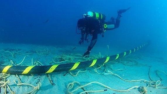 【电缆网讯】近年来,全球互联网运输方式普遍用越洋海底电缆取代卫星,以保证传输速率和节约运行成本。那么海底电缆是怎样制作的?敷设过程怎样?传输速率有多快?目前有多普及?以下是一些关于海底电缆的基本知识。  制作材料:海底电缆的核心是由细如毛发的高纯度光纤制作,通过内反射来引导光沿着光纤的路径前进。海底电缆要能够承受水下8公里处的巨大压力,相当于把一头大象放在认得拇指所承受的重量。NEC公司所制造的深海电缆采用轻量的聚乙烯制作,整条电缆仅有17毫米的厚度。 制作过程:在海底光缆的制作中,光纤首先会被嵌入在类似