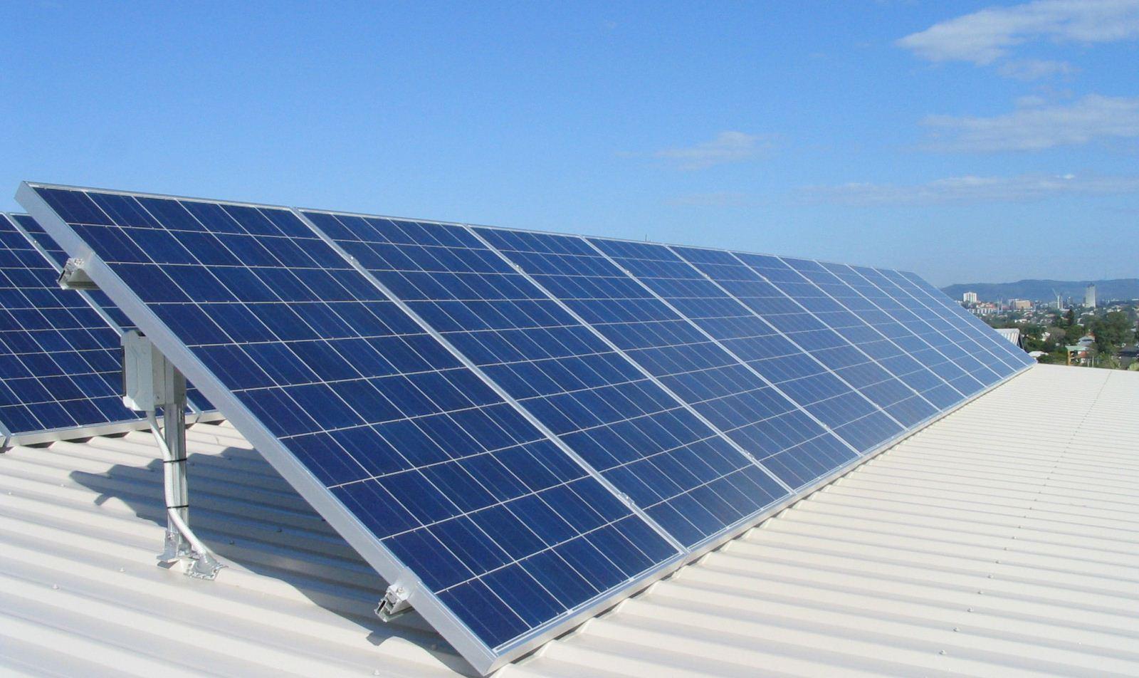 【电缆网讯】我们都知道,火力发电是运用最广泛的发电技术,其造价低廉方便,受限制少。然而火力发电对于能源和环境方面都有着很深的负面影响。太阳能是近年来公认的零损耗、零排放的发电技术,却因造价昂贵导致许多投资方想要环保却望而却步。针对这一问题,科学家想出了一个有趣解决方案——将太阳能集成到现有的火力发电厂中,这是一种充分利用现有电力基础设施的可持续性减排方案。  太阳能就可以通过现有的电网输送基载电力,是一种可靠的可再生能源技术。然而太阳热能发电需要大规模的安装量和数万兆瓦的发电能力,