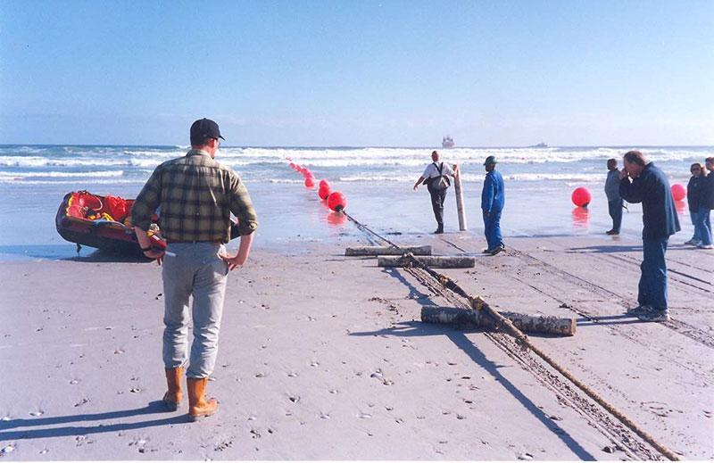 1968年,连接南非梅尔克博斯特兰和葡萄牙塞辛布拉的SAT-1海缆系统开建。这是由Standard Telephone and Cables公司生产的同轴电缆系统。该系统携带360条电话线路,于1969年投入运营,于1993年6月退役。  1969年,SAT-1海缆系统敷设船 1992年5月,SAT-2海缆系统启动建设,连接葡属马德拉群岛首府丰沙尔、马德拉群岛和南非梅尔克博斯特兰。这是一条光纤电缆,也是南非首条实现互联网商用和民用的海底光纤电缆系统。该系统于1993年3月替换SAT-1系统投入使用。  1