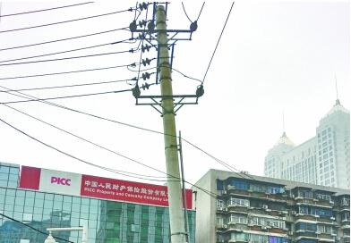 高近20米的电线杆向马路方向倾斜