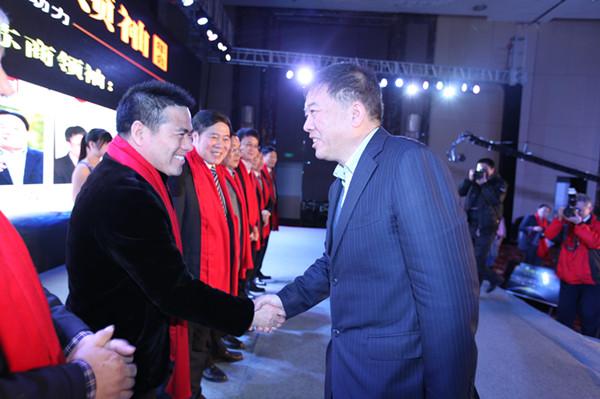 """徐鸣副省长为蒋锡培颁发""""十二五·最受尊敬的苏商领袖""""荣誉"""