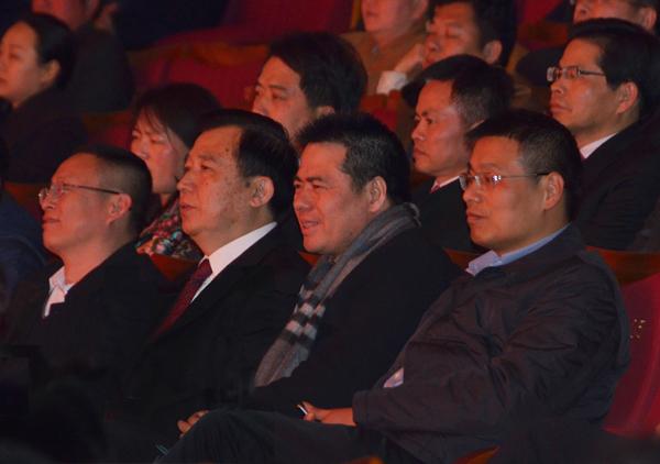 蒋锡培(右二)与王中苏(右三)等领导观看文艺演出