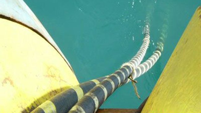 Basslink海底电缆故障造成损失超5.6亿美元 【电缆网讯】根据咨询公司EnergyQuest透露,连接澳大利亚本土大陆和塔斯马尼亚岛的唯一海底电缆Basslink故障造成的损失已经超过5.6亿美元,而且这一经济损失还在持续上涨。 EnergyQuest还指出,尽管这一数字比先前估计的还要高,但是这还不包括工业燃气用户如力拓、造纸商诺斯克纸业和South32的生产损失,因为电力匮乏不得不减少对这些企业的供应量。 2015年12月20日,这条唯一连接澳大利亚本土和塔斯马尼亚岛的海底高压电缆遭到切断,直