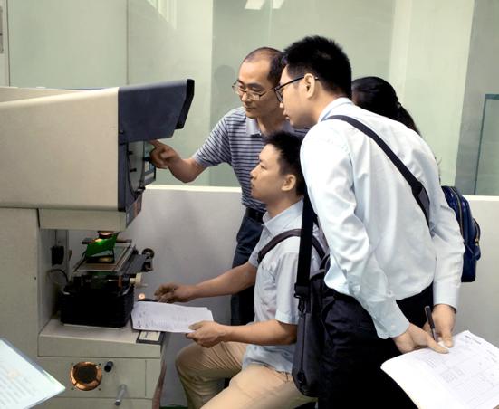 硕达高级工程师李立强(左一)在第11期电线电缆高级检验工职业技能鉴定考核中指导学员操作检测仪器