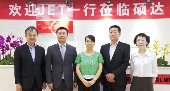 JET理事会初见隆司(左一)、尾崎爱太郎(右二)、许京红(右一)一行参观硕达办公室和研发中心