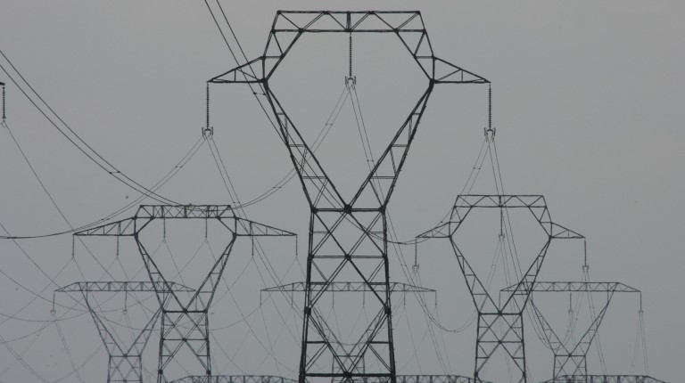 线塔构成的电力网络,这就意味着如果全国电信运营商