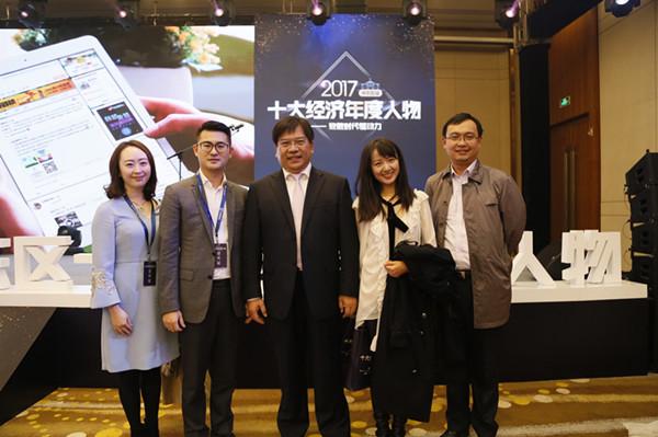 蒋承志(左二),蒋婧(左一),郭晓珩(右二)与南京大学商学院院长沈坤荣