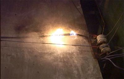 湖北铁山一超市附近光纤电缆起火 幸被迅速扑灭