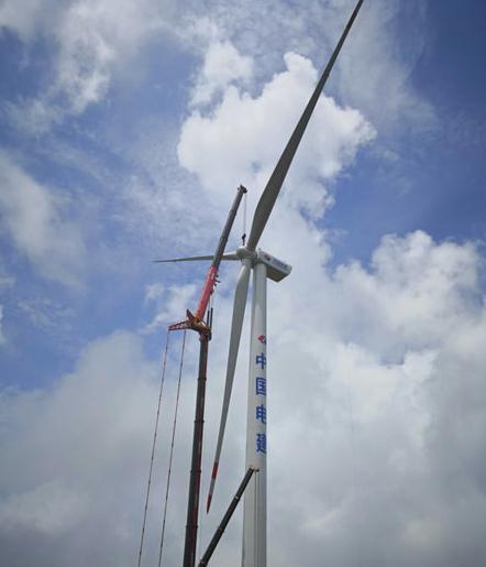 广西大桂山40MW风电场工程首台风电机组吊装完成