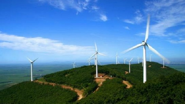 湖南八面山风电项目首台风机吊装成功
