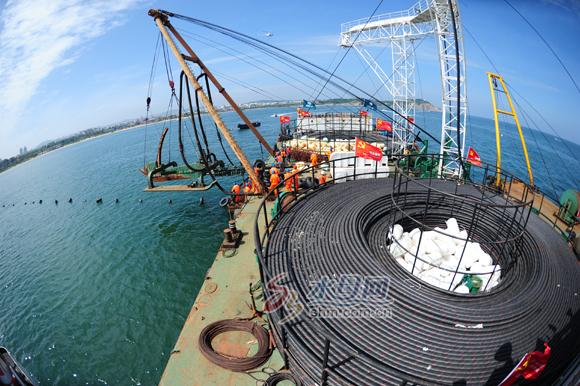 9月2日上午11点,蓬莱市八仙过海景区西400米海域,一艘施工船正停在靠岸400米的区域。此时风向向西,海流却向东。从施工船引向岸边的一串浮漂向东面划起了一个弧线。浮漂下牵引的,是一条直径114毫米、每米重31公斤的海底电缆。 10点22分,国内首条长距离光电复合海缆———110千伏邱长线敷设正式开工。电缆从传说中蓬莱八仙过海处出发,穿越庙岛海峡向长岛方向,预计到10日18时将全部完成3根海底电缆敷设。届时,山东省所有县市区将全部实现双回路供电,长岛将从此摆脱断电困扰